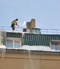 uborka snega s krishi soblyudenie tehniki bezopasnosti