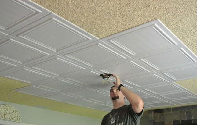 Этапы поклейки потолочной плитки