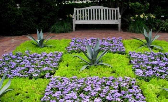 Цветочные клумбы во дворе частного дома: 30 фото наиболее живописных вариантов и рекомендации по оформлению