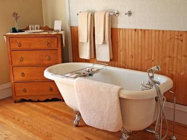 Дизайн ванной комнаты под дерево: 20 фото