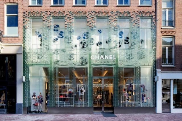 Фасад из стеклянного кирпича – модное обновление бутика Chanel в Амстердаме