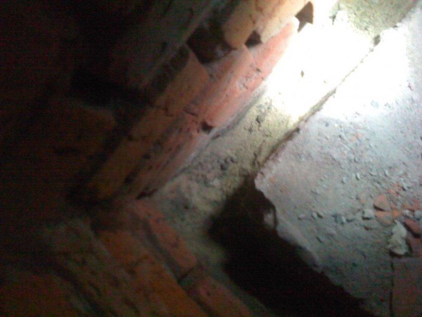 Как правильно заделать щель между стеной и бетонной плитой на земле