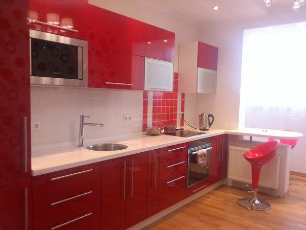 Красная кухня: варианты выбора обоев