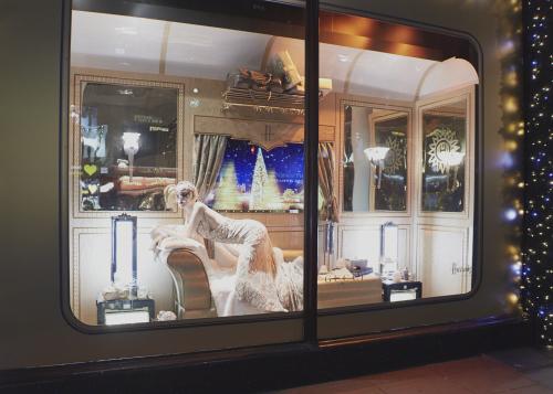 Новогодние украшения витрин: европейский опыт