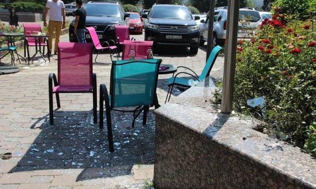 Оконное стекло выпало с четвертого этажа на головы посетителей кафе в Алматы