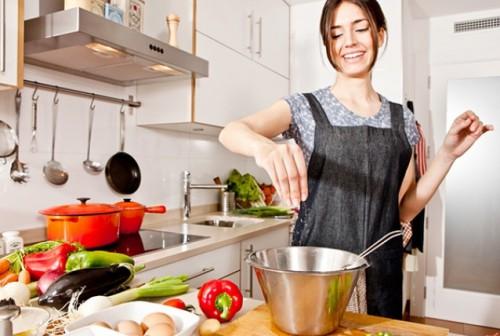 Прошли те времена, когда все мойки были одинаковыми — простыми функциональными предметами — и не вносили никакой эстетической нотки в интерьер кухни. Сейчас они отличаются не только по материалу, из которого изготовлены, и цвету, но и по типу установки, форме, количеству чаш. Чтобы определиться, какая мойка для кухни подойдёт вам, нужно учесть все те требования, которые вы к ней предъявляете. Это может быть соответствие стилю дизайна, вместительность, эстетичный вид, устойчивость к высокой температуре, механическим повреждениям и воздействию химических веществ. Кроме этого, она должна легко очищаться и быть простой в обращении.  Виды моек для кухни  Разнообразие современных раковин для мытья посуды позволяет любой хозяйке выбрать оптимальный вариант. Существует несколько критериев, по которым классифицируются мойки для кухни. По форме они бывают различных геометрических форм: квадратные и круглые, прямоугольные и овальные. Также есть дизайнерские модели различных эксклюзивных конфигураций. Мойки могут быть изготовлены из таких материалов: керамики (фаянса и фарфора); нержавеющей стали (сварные и штампованные мойки); искусственного камня (акриловые, композитные).   Иногда можно встретить чугунные эмалированные мойки (в стиле ретро или в домах с давним ремонтом). Есть ещё вариант изготовления дорогих дизайнерских моделей из натурального камня, древесины, стекла, бронзы, меди и т.п. Некоторые из них малопригодны для ежедневного использования, скорей служат для красоты интерьера. По количеству чаш: одночашевые; с двумя чашами — две чаши одного размера, либо одна большая, другая меньше (для столовых приборов или разморозки продуктов); трёхчашевые — две большие и одна меньше.   В зависимости от потребностей можно выбрать мойку с одним или двумя «крыльями» (поверхность вокруг раковины для посуды или продуктов), либо совсем без «крыльев». Также они могут быть фронтальными или угловыми. По способу монтажа мойки бывают таких видов: накладные; врезные; с креплением в нижней ча
