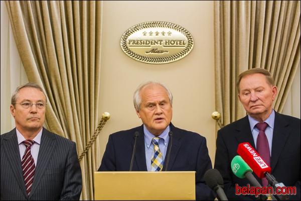 (зліва направо) представник Росії Азамат Кульмухаметов, Мартін Сайдік і представник України Леонід Кучма