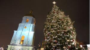Головна ялинка України цьогоріч прикрашена імбирними пряниками, величезними яблуками та цукерками