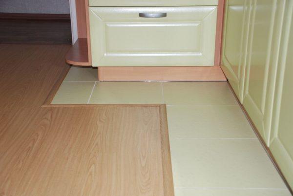 Плюсы керамической плитки для пола кухни