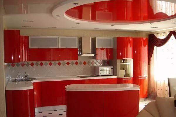 Плюсы натяжных потолков для кухни