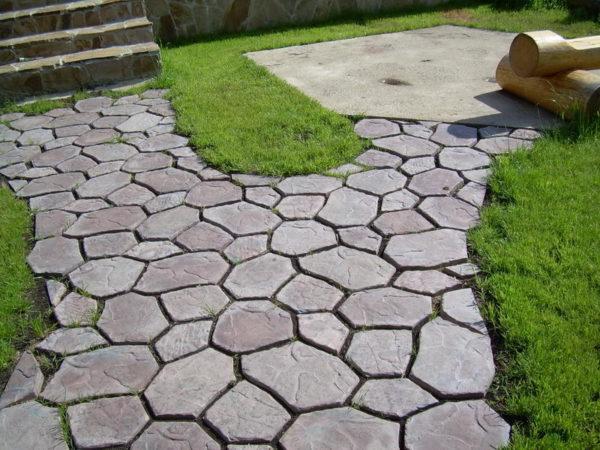 Чем обработать форму для тротуарной плитки