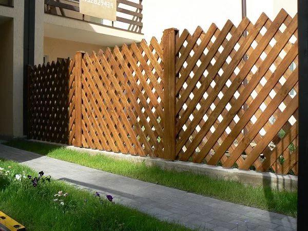Установка забора из деревянных брусьев