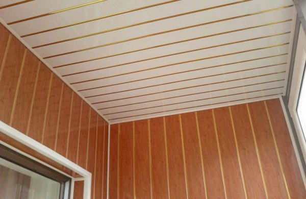 ПВХ-панели для обшивки потолка
