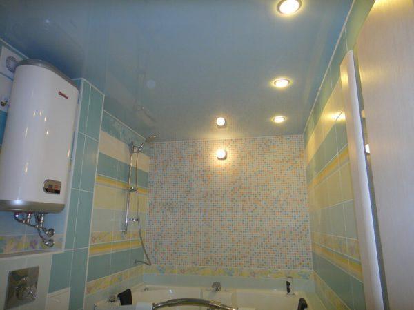 Достоинства правильного потолка в ванной комнате